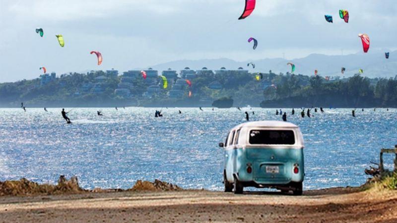 Combi, el auto clásico Volkswagen estacionado frente a un lago