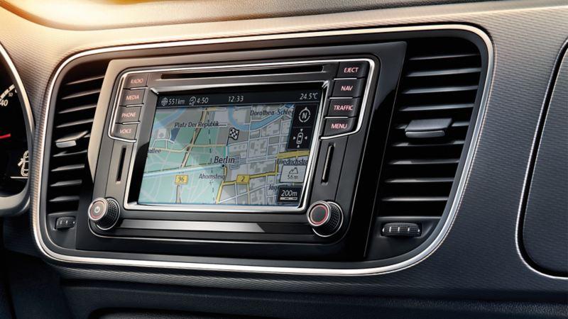 Innenansicht eines Volkswagens, Detail Boardcomputer mit Navigation
