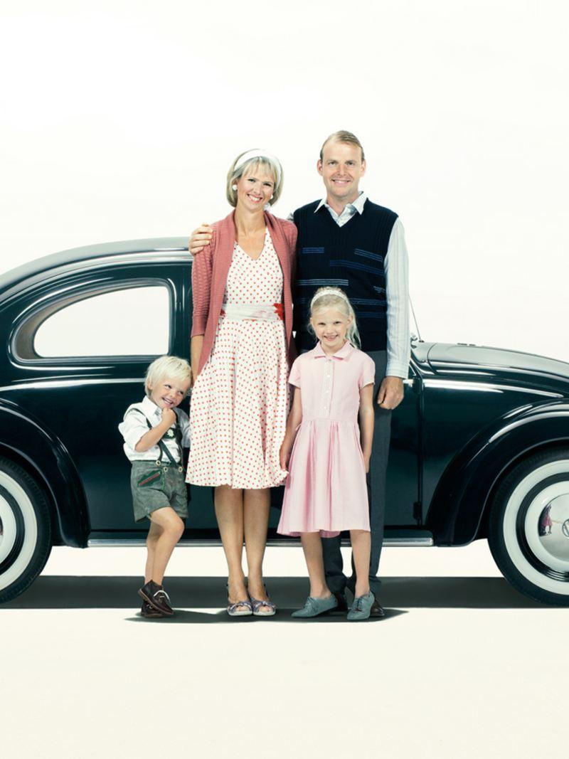 Familj framför en folkvagn