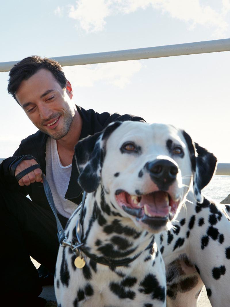 Mann mit Hund am Strand