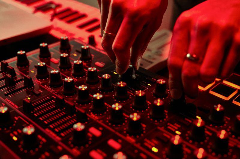 Bearcubs mixe sa chanson en tournant les touches de son sampler.