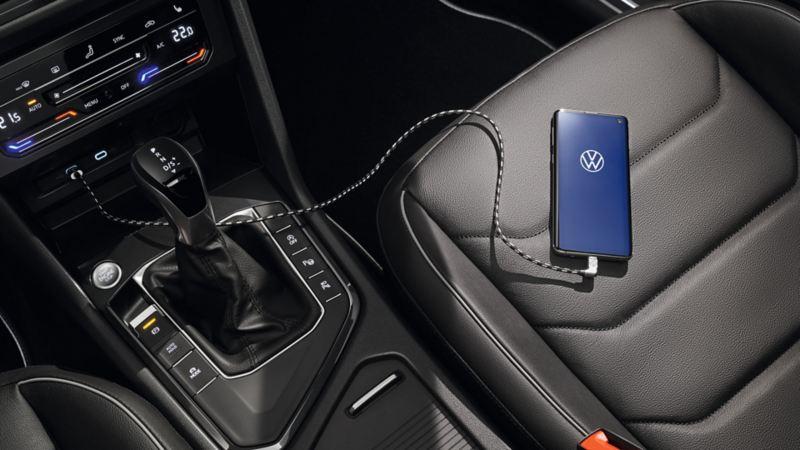 Ladekabel til Apple og Samsung mobiltelefon i VW Volkswagen Tiguan SUV