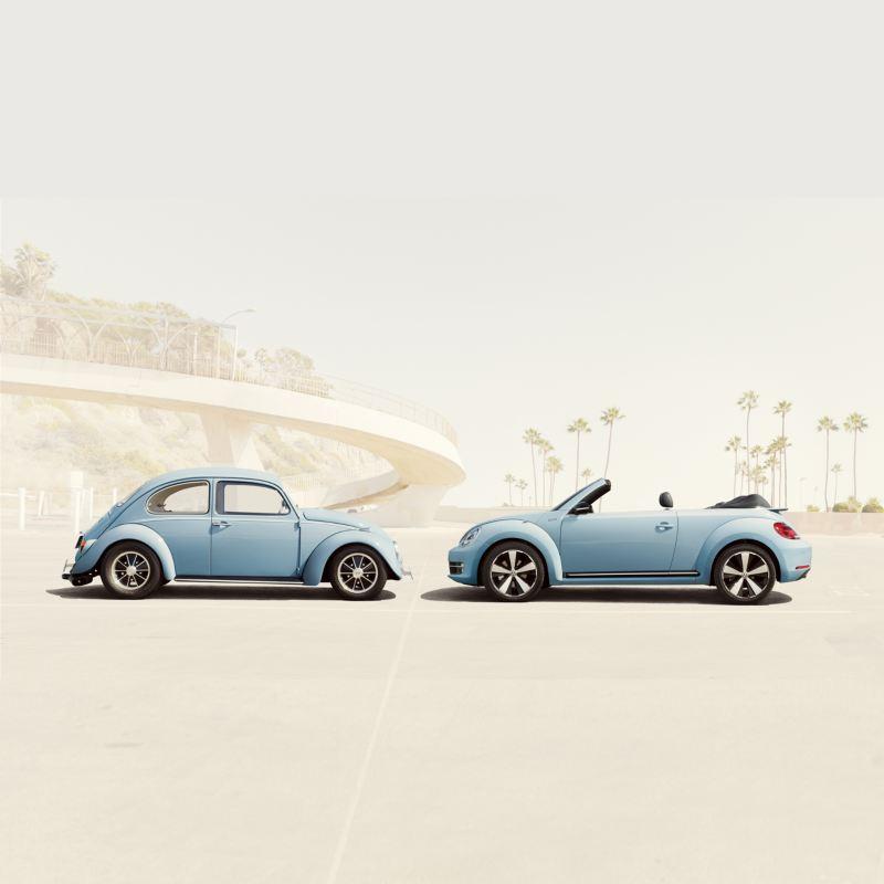 Volkswagen Maggiolino storico e Maggiolino Cabriolet azzurro