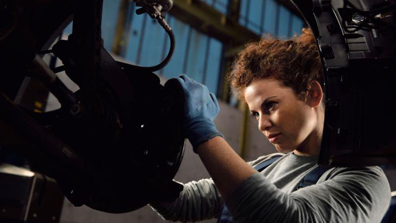Meccanico VW Service controlla freni ruota auto