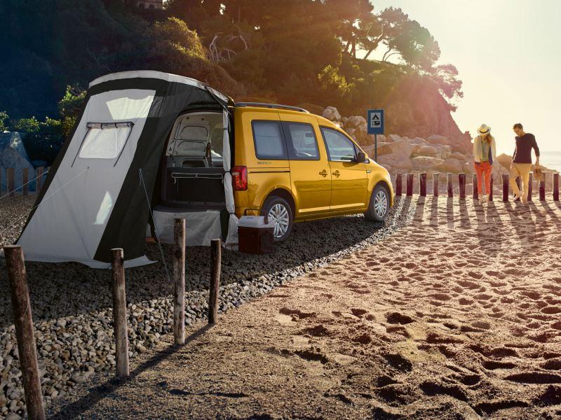 Le Caddy Beach se gare sur une plage, l'auvent, disponible en option, est montée sur le hayon.