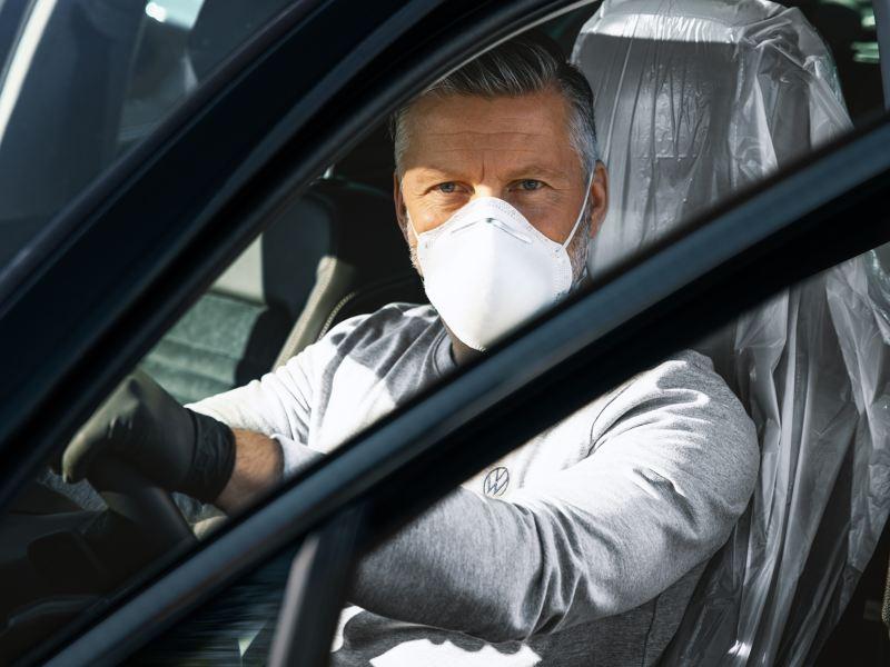 Igienizzazione dell'impianto di climatizzazione di un'auto.