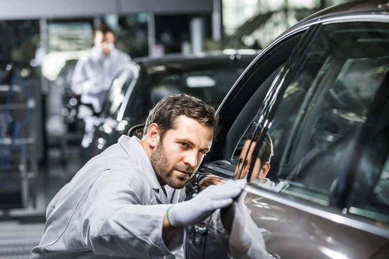 Servicetekniker granskar billackering