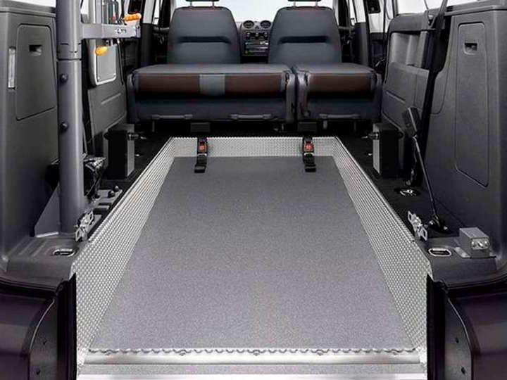 Recorte traseiro e piso rebaixado na carrinha de passageiros Caddy Kombi.