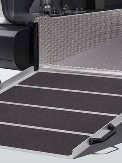 Rampa de acesso para cadeira de rodas para uma carrinha de passageiros Caddy.