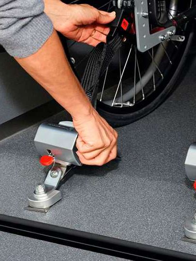 Fixação e segurança de uma cadeira de rodas numa carrinha Volkswagen Caddy.
