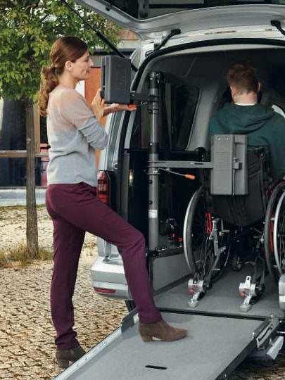"""Sistema de retenção """"Future Safe"""" para cadeiras de rodas na carrinha VW Caddy."""