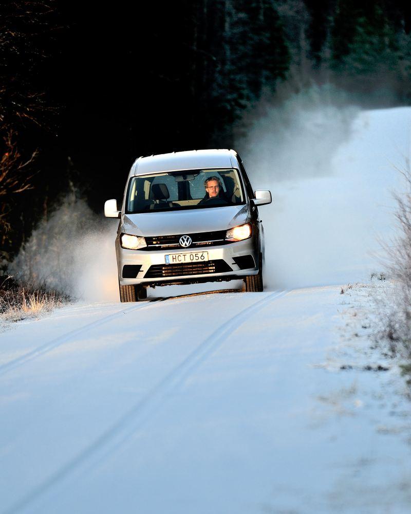 Volkswagen Caddy Maxi TDI på isiga vägar.
