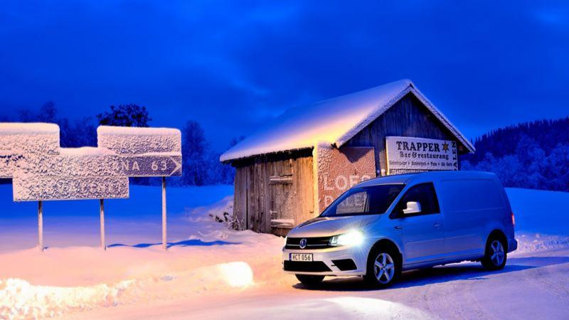 Volkswagen Caddy Maxi TDI vid isiga vägskyltar