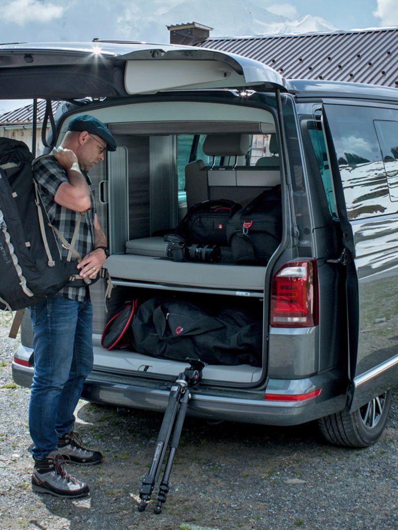 Mann nimmt seine Ausrüstung  aus dem T6 California Ocean