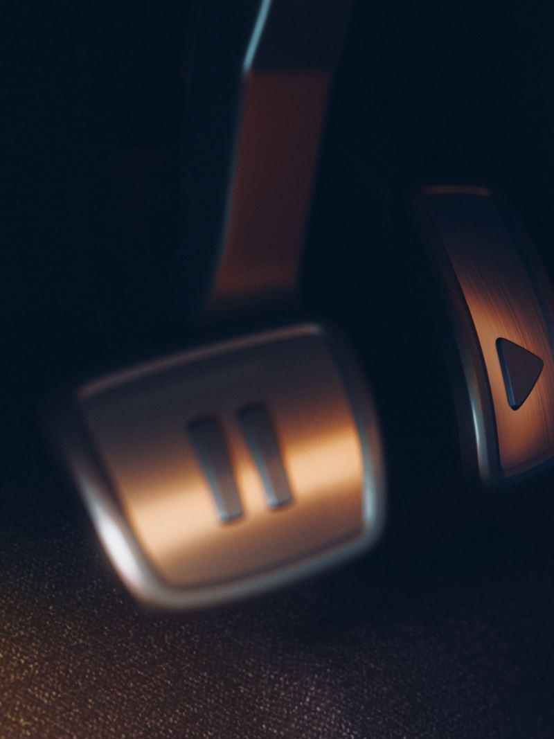 Pédale d'accélérateur et de frein avec symbole Play and Pause dans la VW ID.3 First.
