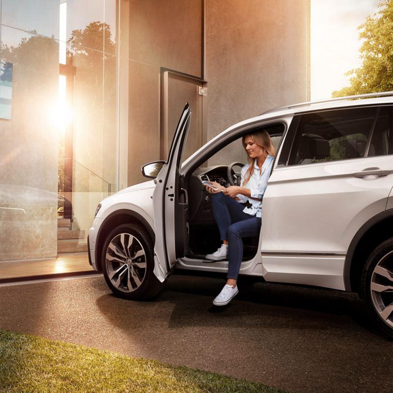 Frau in weißem Fahrzeug – LeasingratenversicherungPlus