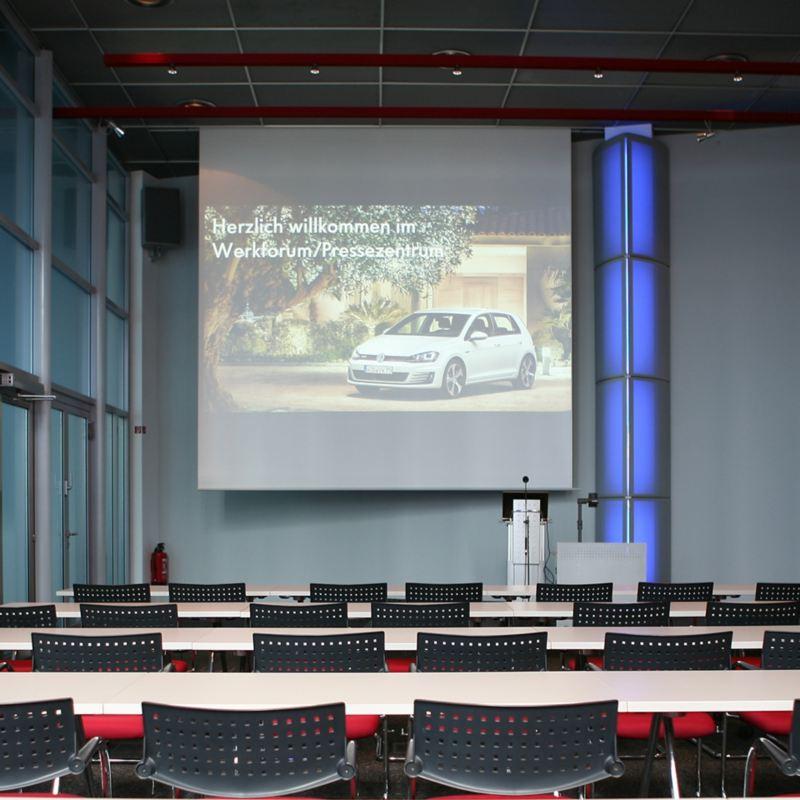 Großer Konferenzraum mit roter Bestuhlung