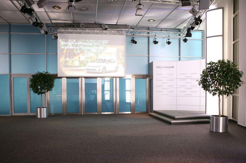 Ein großer Raum zwei Pflanzen, Bühne und ausfahrbarer Leinwand
