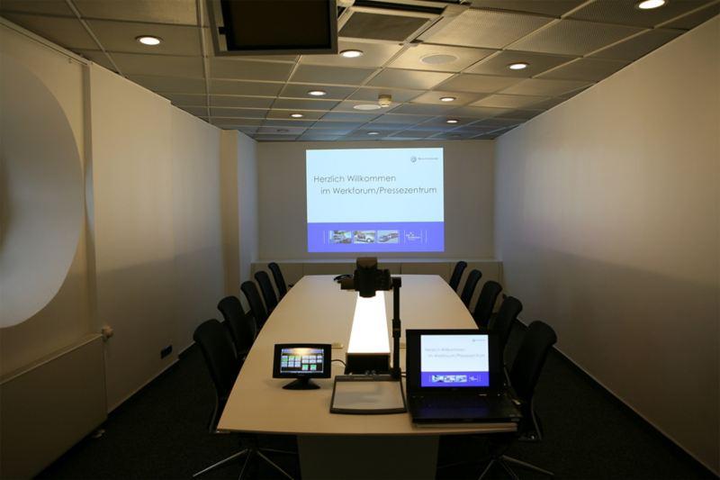 Videokonferenzraum mit Computer und Leinwand