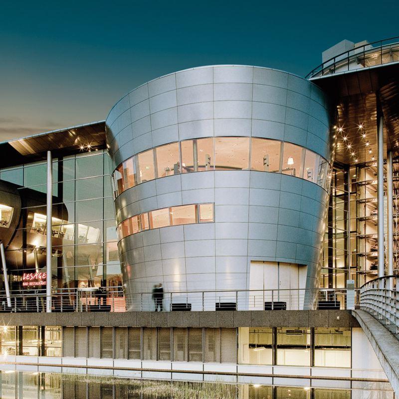Moderna byggnader i glas och stål