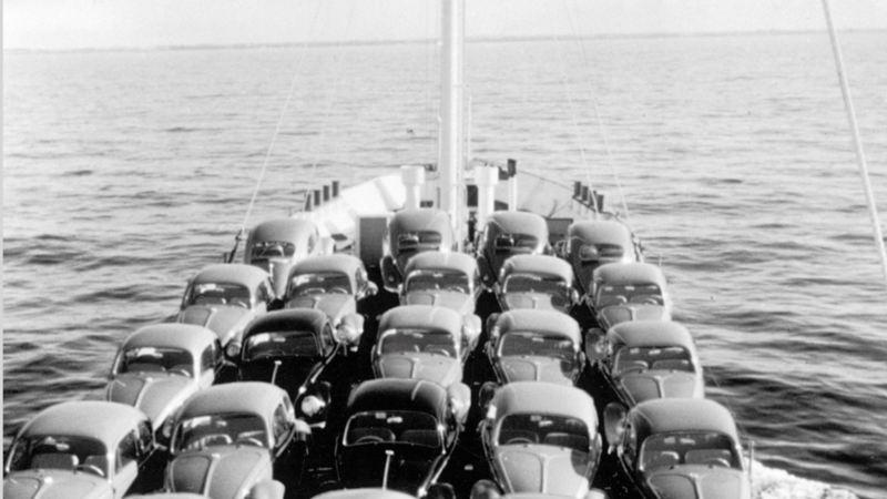 auto Maggiolino sul ponte della nave in mare