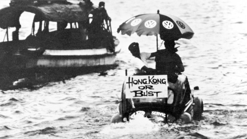 coppia su Maggiolino volkswagen  in mare