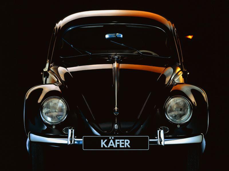 Una Volkswagen Maggiolino vista frontale.