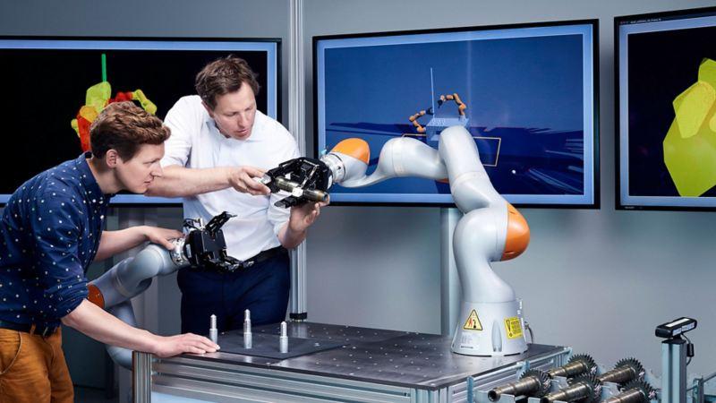 Zwei Kollegen arbeiten zusammen an einem Roboter