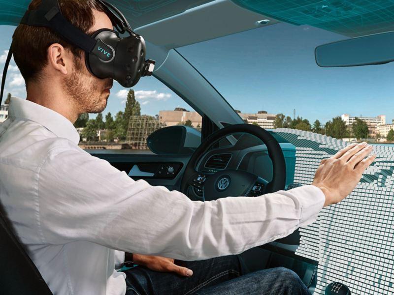 Ein Mann mit VR-Brille sitzt in einem Fahrsimulator