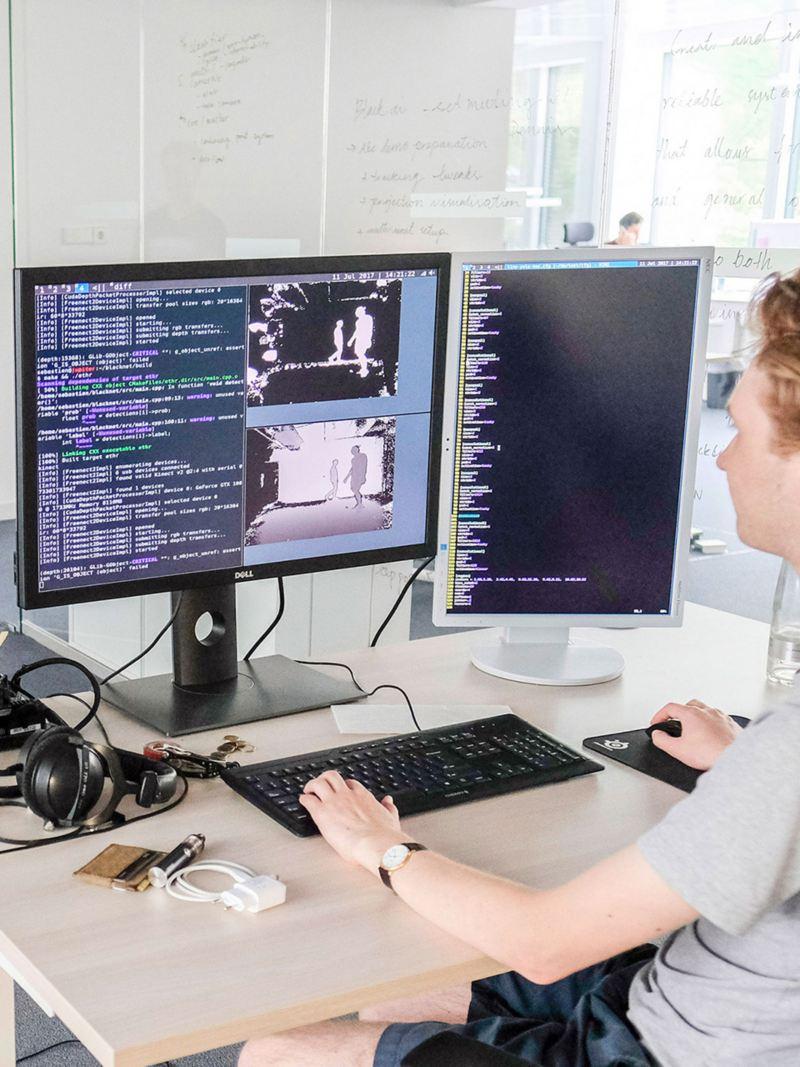 Ein Mann arbeitet an einem Computerprogramm