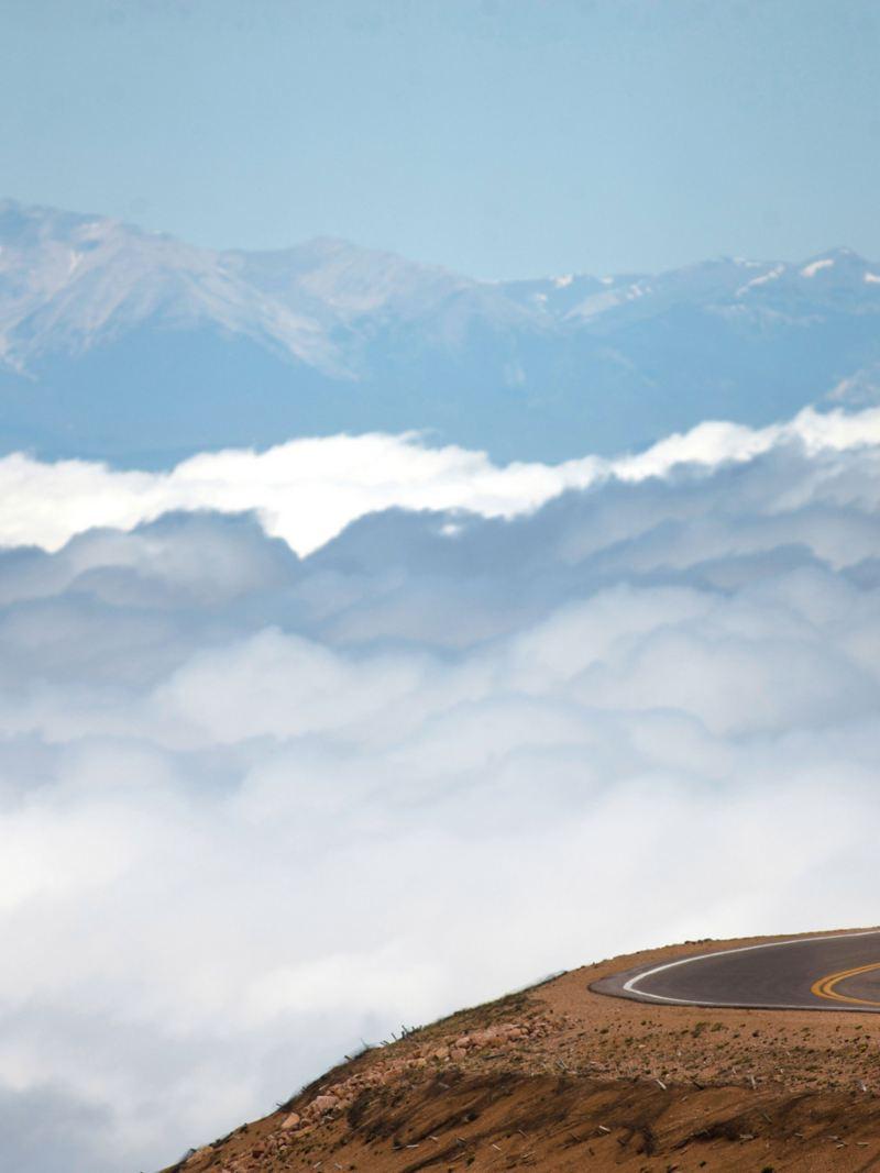 Nuvole e monti sullo sfondo