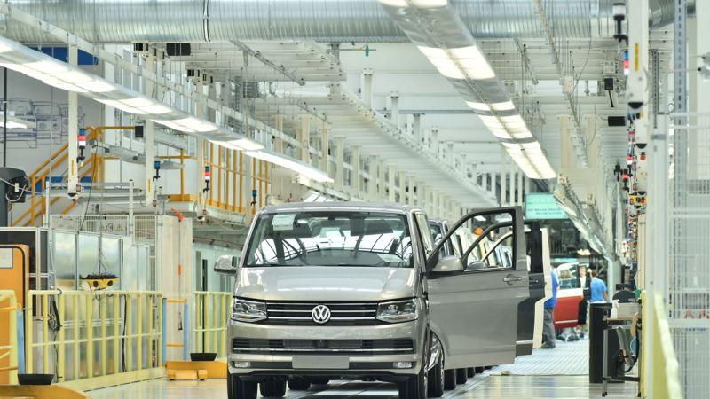 Samochody Transporter stojące na linii produkcji