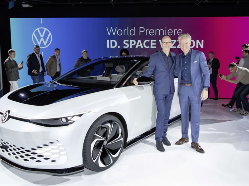 Klaus Bischoff, i Scott Keogh przy nowym Volkswagenie ID.SPACE VIZZION