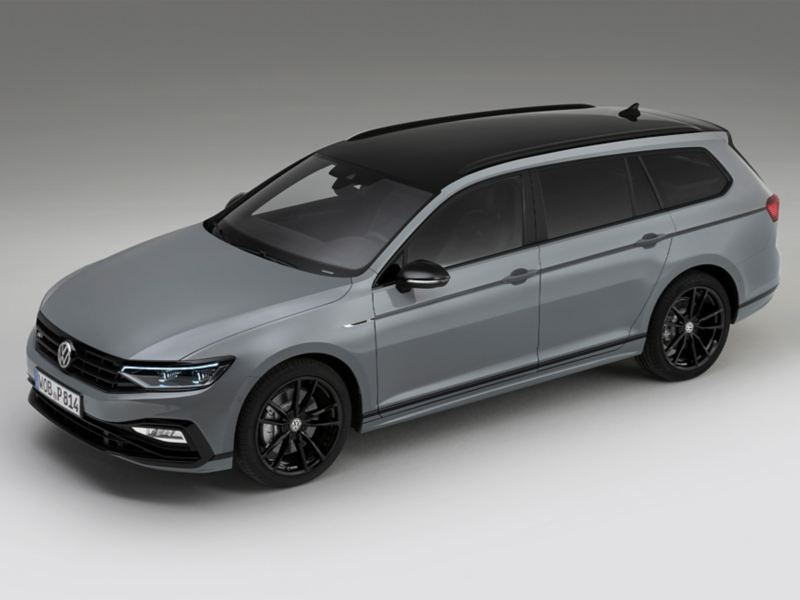 "Passat Variant R-Line ""Edition"" Exterior three-quarter front view from sloping top, black roof, black roof railing, black 19-inch alloy wheels ""Pretoria"""