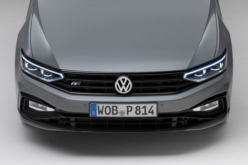 Passat Variant R-Line «Edition» Frontansicht mit LED-Matrix-Scheinwerfern und Nebelscheinwerfern