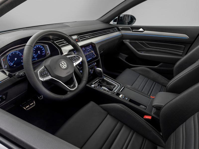 Passat Variant R-Line «Edition»: Blick durch das Fahrerfenster auf die Vordersitze und das Cockpit