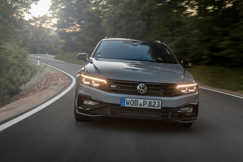 frontale VW Passat R-Line in movimento su strada