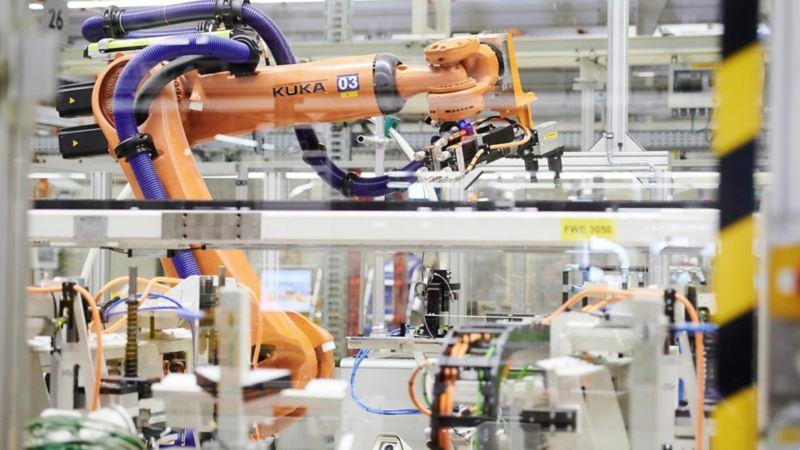 robot umieszcza ciężkie elementy na ramie zawieszenia