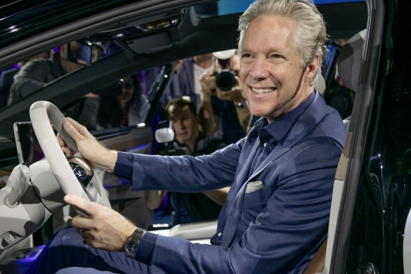Scott Keogh, CEO Volkswagen Group of America cieszy się na pierwszą przejażdżkę
