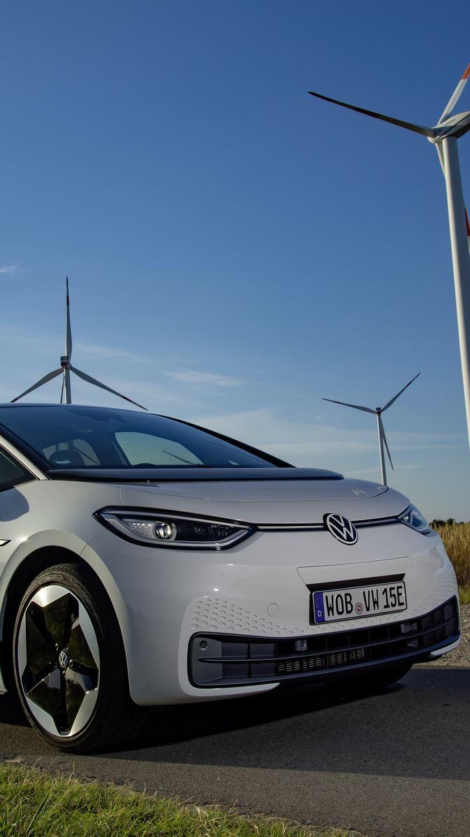 """Rozmowa o neutralnej pod względem emisji CO2 produkcji samochodów elektrycznych w nowym odcinku podcastu """"Elektrycznie tematyczni"""""""