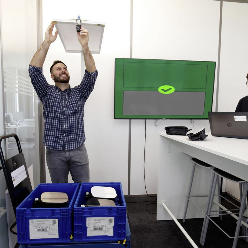 Reda Jaber (po lewej) i Nicolas Hummel testują automatyczny system kontroli stosowany w logistyce