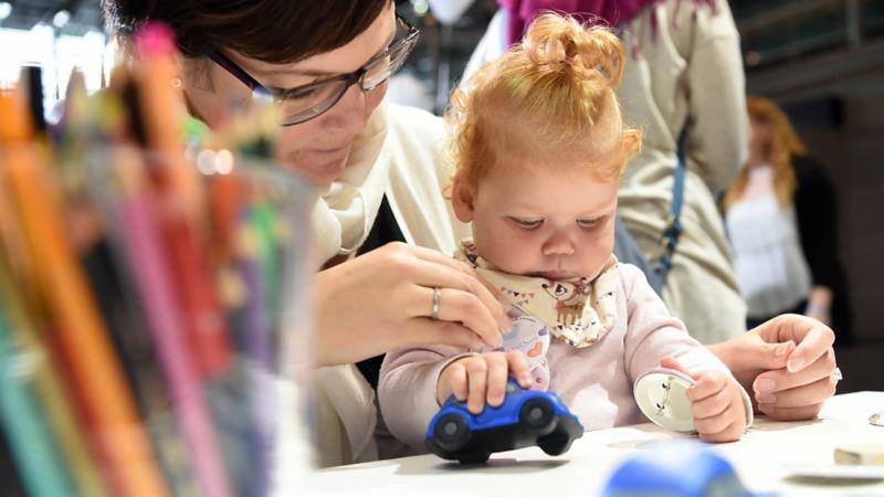 VW Volkswagen leasing privatleasing varebil familiebil leasingkontrakt overdragelse mor barn lekebil baby tegnestifter
