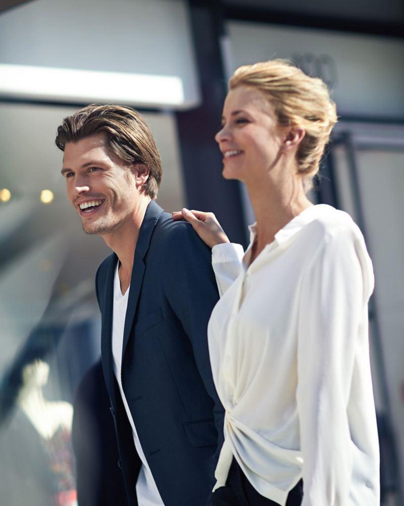 Ein Mann und eine Frau lachen zusammen