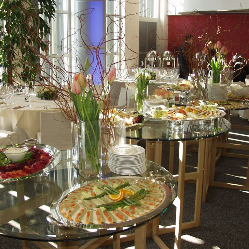 Ein festlich arrangiertes kaltes Buffet