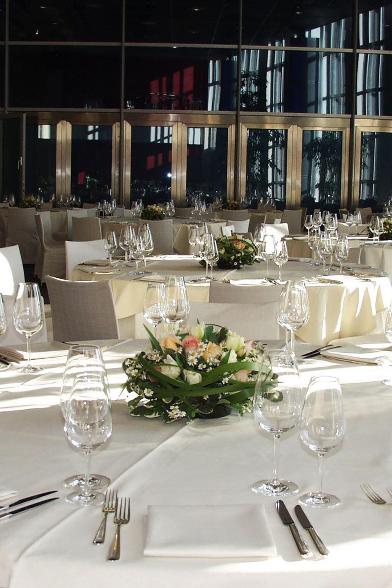 Festlich gedeckter runder Tisch mit Blumenbouquet