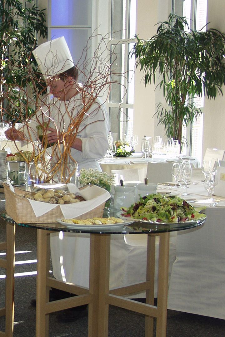 Ein Koch arrangiert ein kaltes Buffet