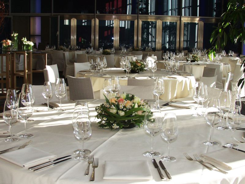 Festlich gedeckte Tische in einem Veranstaltungssaal