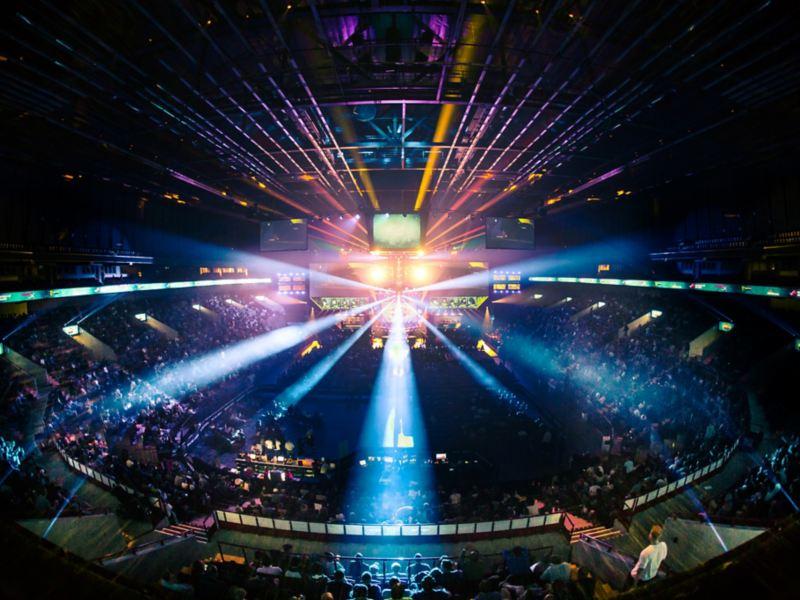 Vielen Menschen sitzen in einer Veranstaltungshalle für e-Sport.