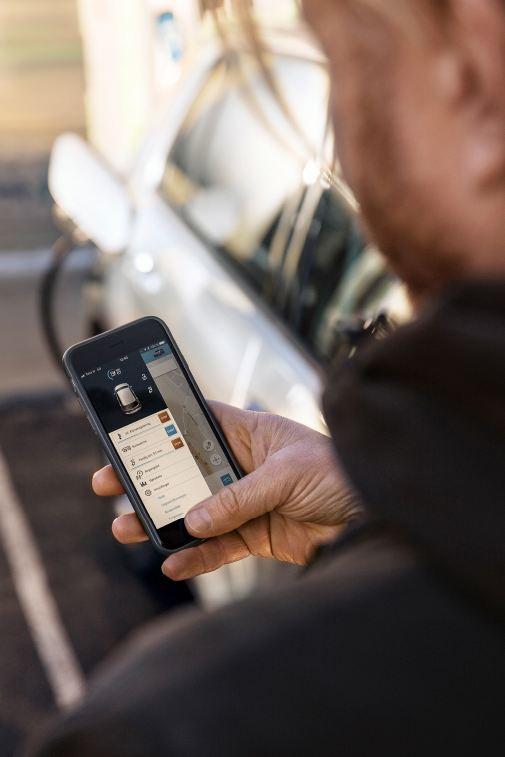 Ginge reçoit des informations sur son e-Golf grâce à une application pour smartphone.