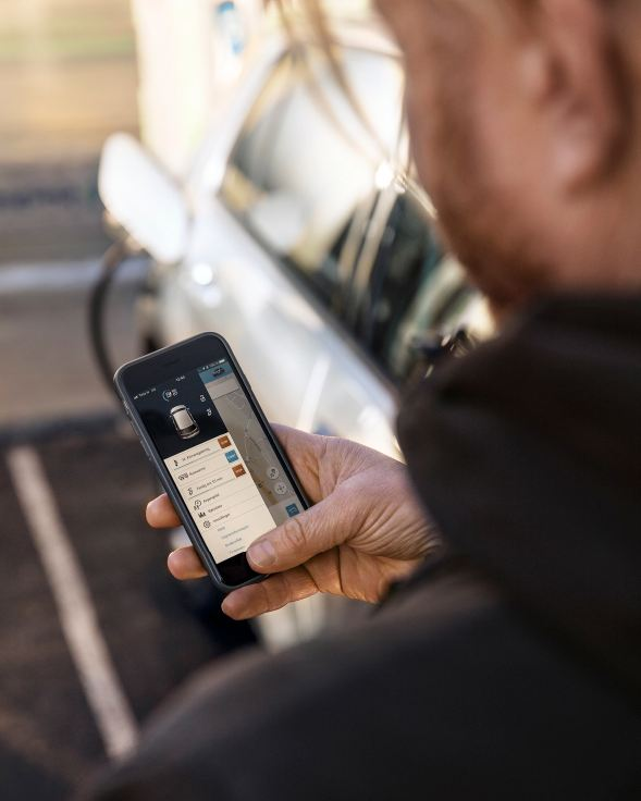 Ginge schaut in der Handyapp Informationen zu seinem e-Golf an